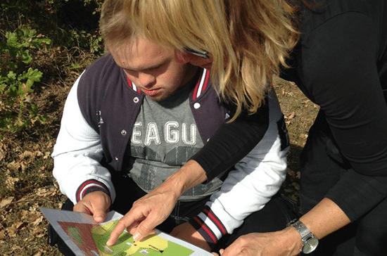 Kille får hjälp att läsa karta