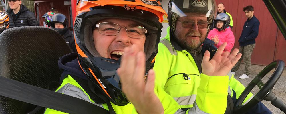Två startklara glada killar i fyrhjuling.