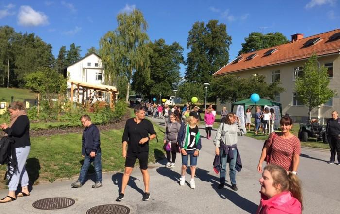 Överblicksbild från Mo Gård, mycket människor en solig dag med ballonger i bakgrunden